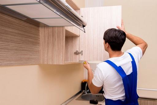 montaz-szafek-w-kuchni-mezczyzna